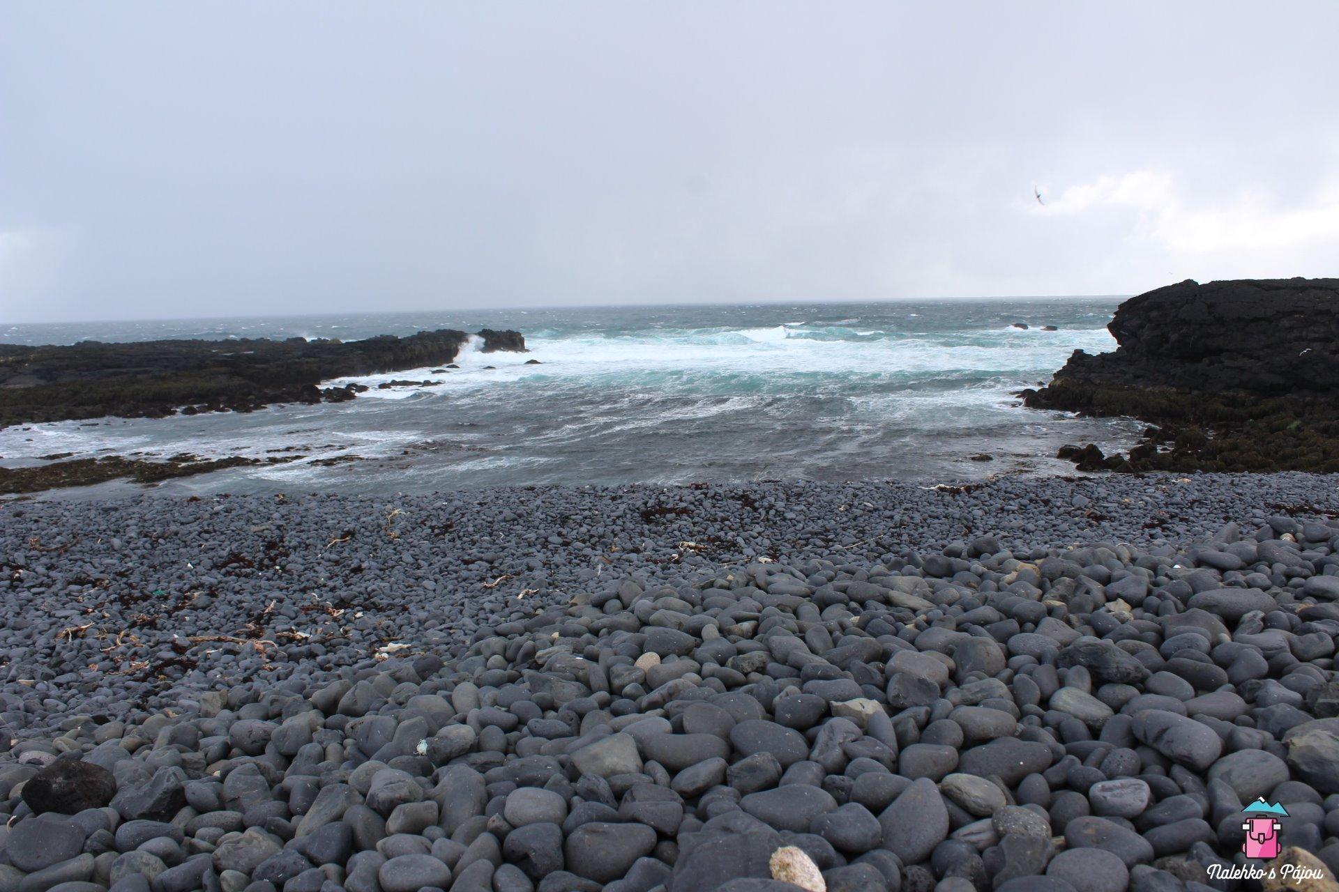 Na pláži pod majákem najdete nádhernou oblázkovou pláž, moje první setkání s oceánem