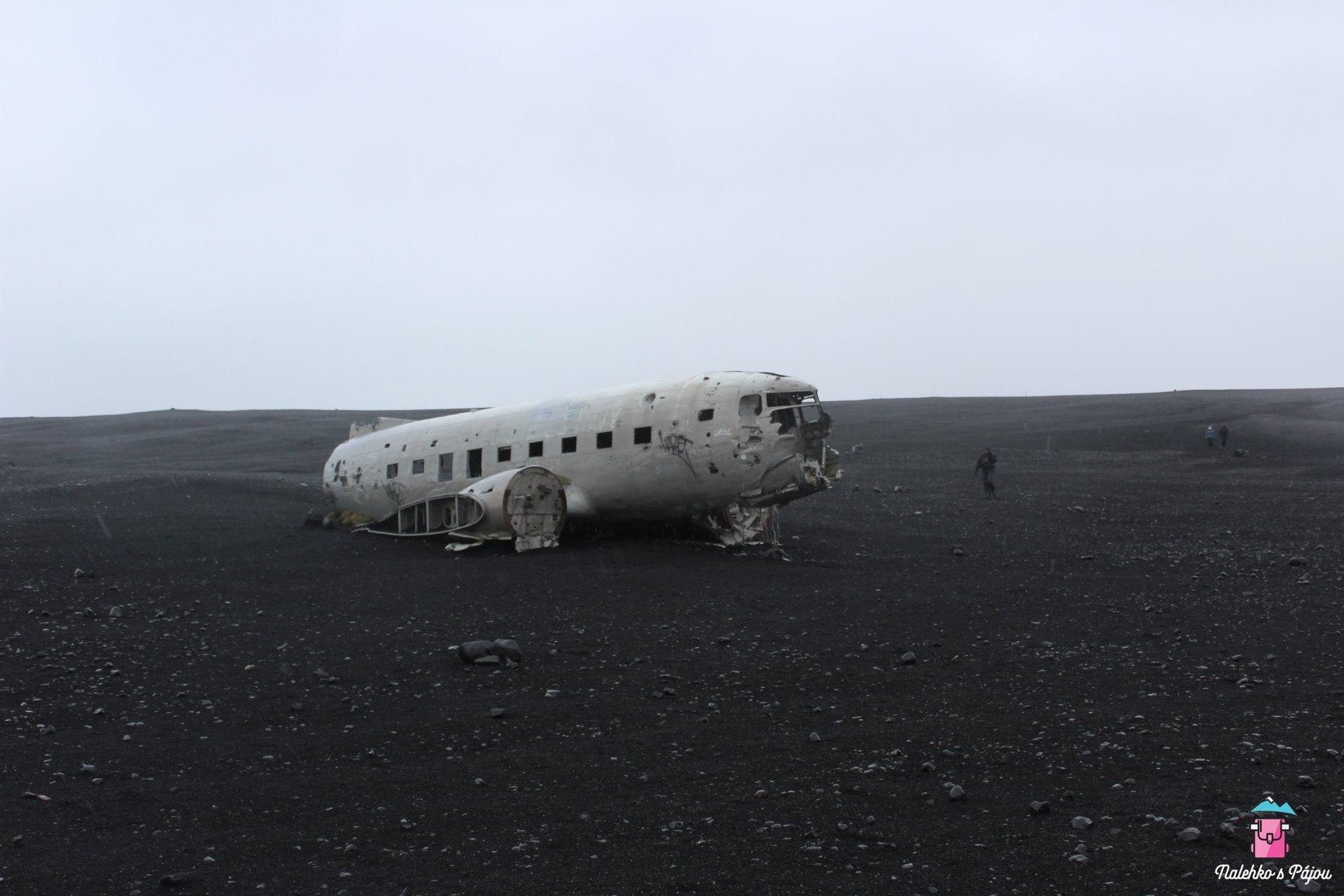Vrak letadla, který stojí uprostřed neskutečné planiny