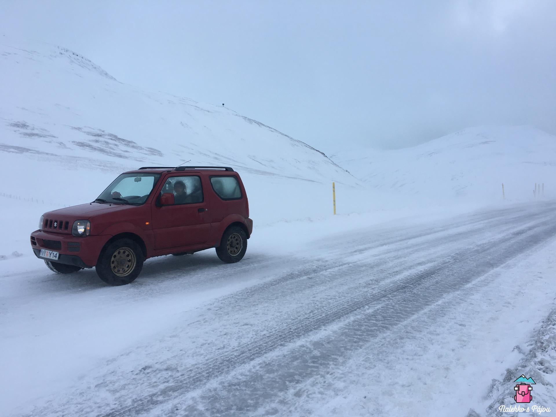 Začátek sněhové vánice - to jsem ještě dokázala vyjít ven z auta, zpátky už sem měla velké problémy se dostat!