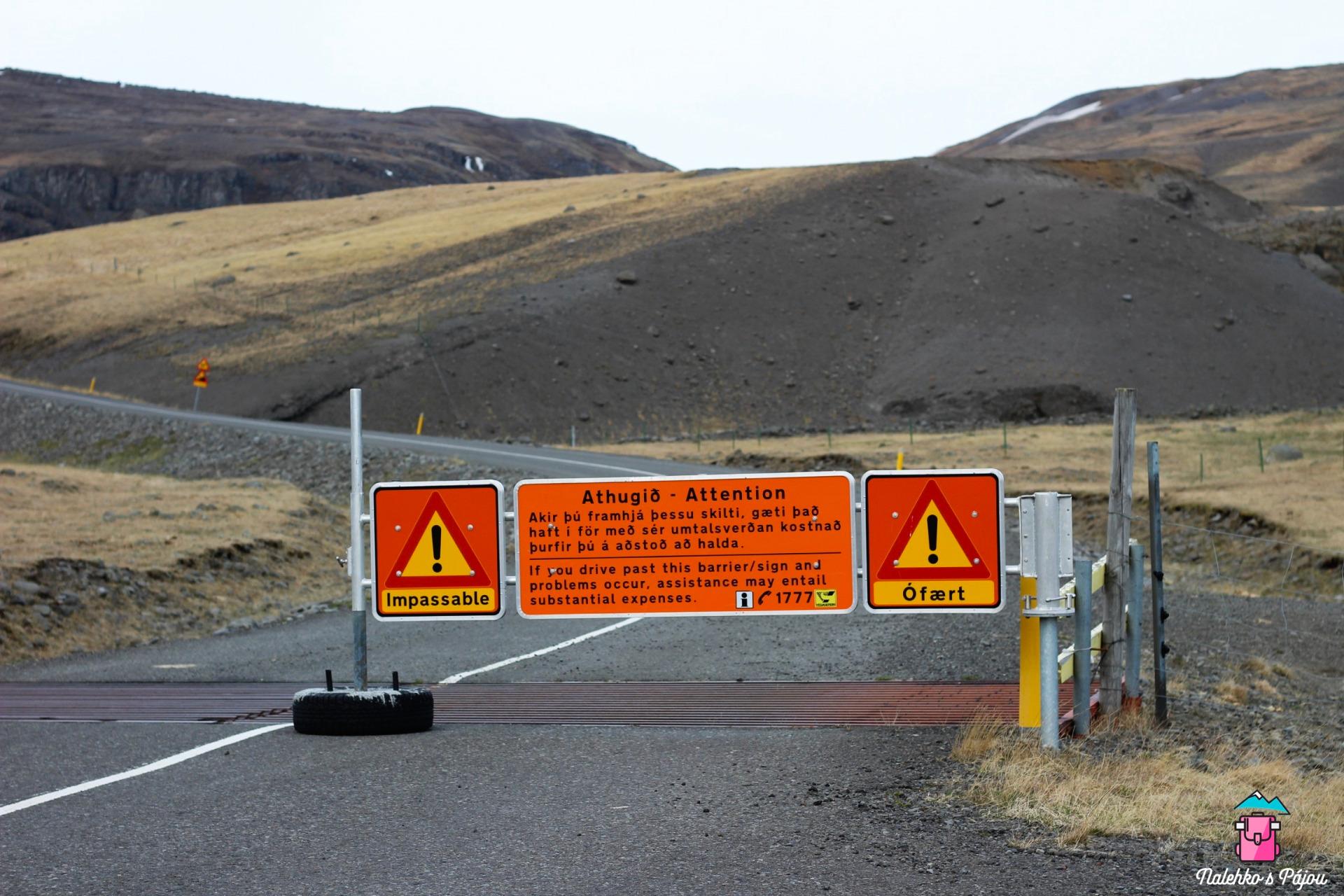 No a takhle nějak vypadají cedule u zavřených silnic